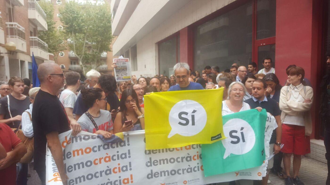 Imatge dels manifestantes a les portes de El Vallenc