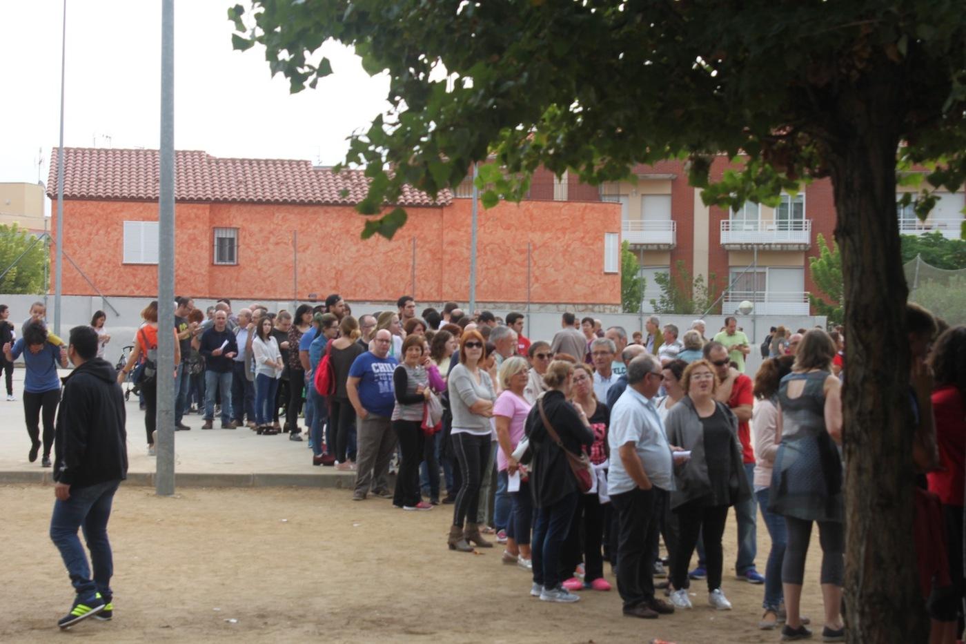Imatge dels veïns d'Alcover fent cua per votar.