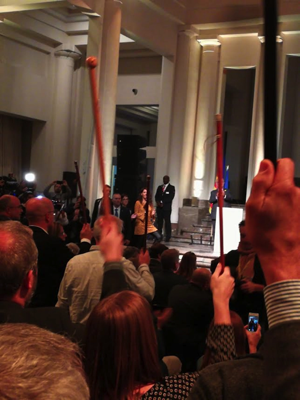 Marta Blanch, alcaldessa de Puigpelat, captura l'instant en què els alcaldes reben al president tot aixecant les seves vares.