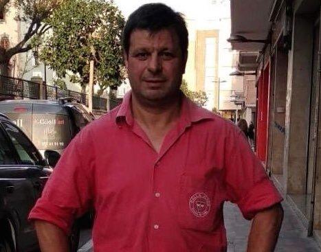 L'excap de colla de la Joves li entrega la seva camisa a Oriol Junqueras