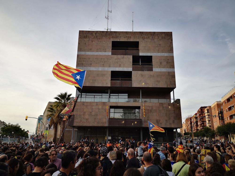 Milers de persones són davant la subdelegació del govern a Tarragona